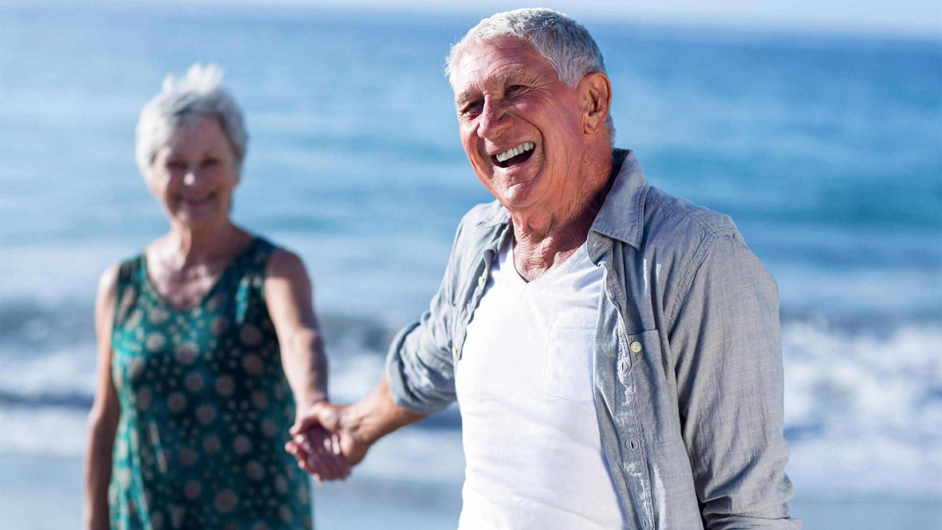 Casal de idosos a sorrir